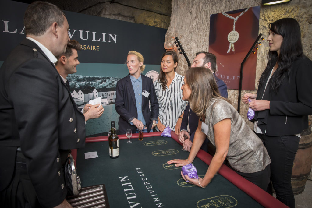 table-jeu-whisky-lagavulin-organiser-un-événement-oenologique